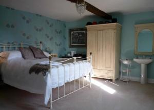 A bed or beds in a room at Clinkgate Farmhouse