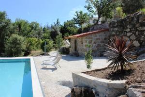 The swimming pool at or near Villa Lugar do Pego