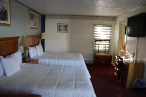 A bed or beds in a room at Northside Motel - Williamstown