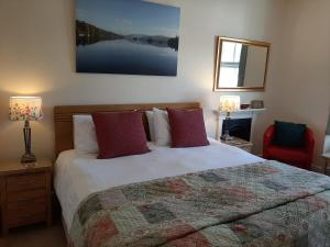 A bed or beds in a room at May Cottage B&B