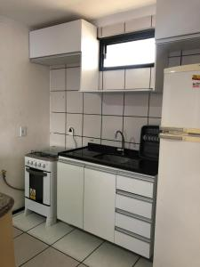 A kitchen or kitchenette at Porto de Iracema Residence CBT