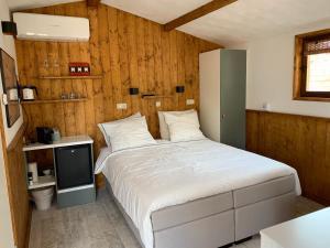 Een bed of bedden in een kamer bij B&B Diemerplein