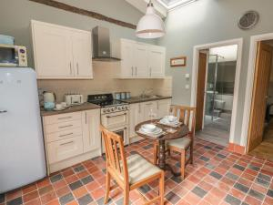 A kitchen or kitchenette at Hen House View
