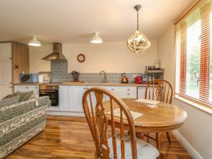 A kitchen or kitchenette at The Retreat