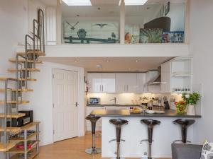 A kitchen or kitchenette at Oceanside Penthouse