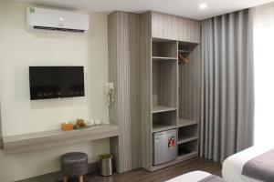 A television and/or entertainment centre at Hue Mate Hotel