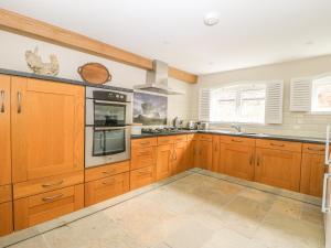 A kitchen or kitchenette at 1 School Lane