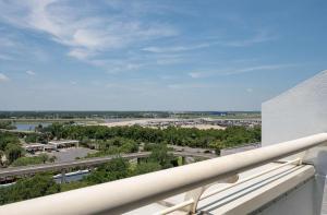 A balcony or terrace at Hyatt Regency Orlando International Airport Hotel