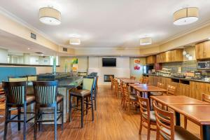 A restaurant or other place to eat at Quality Inn & Suites