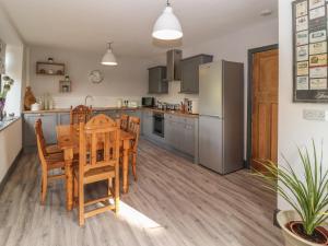 A kitchen or kitchenette at Bryn Derwen