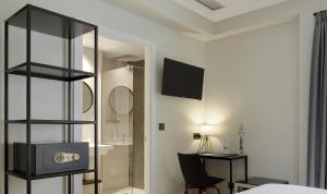Una televisión o centro de entretenimiento en Hotel Arrizul Beach