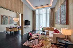 A seating area at Pavilion Hotel Kuala Lumpur Managed by Banyan Tree