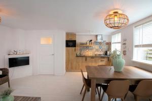 A kitchen or kitchenette at Carpe Diem Egmond aan Zee