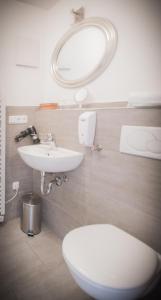 A bathroom at Gasthaus Am Ödenturm