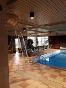 Poolen vid eller i närheten av Källan Hotell Spa Konferens