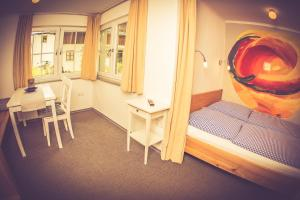 A bed or beds in a room at Gasthaus Am Ödenturm