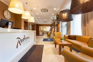 Vestibiulis arba registratūra apgyvendinimo įstaigoje Radisson Hotel Old Town Riga