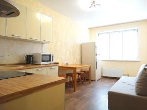 A kitchen or kitchenette at Inndays on Metallurgov 106-2