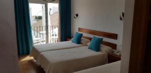 A bed or beds in a room at Hotel Oasis Atalaya