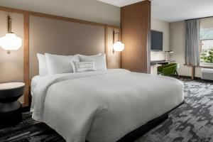 A bed or beds in a room at Fairfield Inn & Suites by Marriott Milwaukee West