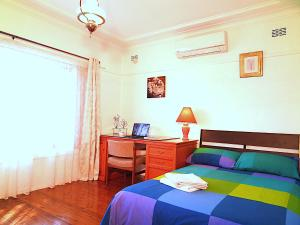 A bed or beds in a room at 4 Bedroom House Close to Macquarie University