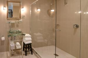 A bathroom at de Russie Boutique Hotel
