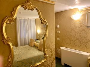 A bed or beds in a room at Hotel Becher