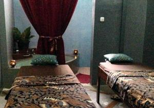 A bed or beds in a room at Wae Molas Hotel