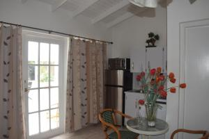 A seating area at Aruba Harmony Apartments