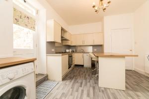 A kitchen or kitchenette at Spacious city centre 2 bedroom apartment