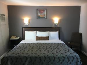 A bed or beds in a room at Scottish Inns Milford