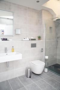 A bathroom at The Garrandarragh Inn