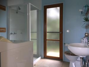 A bathroom at Black Cockatoo Cottages