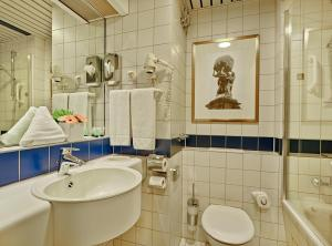 A bathroom at Trip Inn Frankfurt Nordwestzentrum