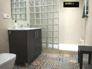 Un baño de IDEAL CENTRO Garaje gratis Wifi 2 baños