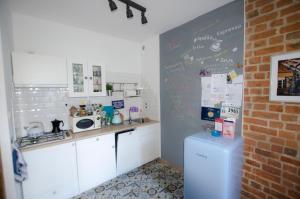 A kitchen or kitchenette at Apartament Gra - Gothic House