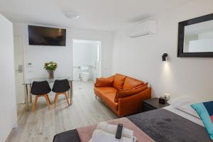 A seating area at Alfred Apartments
