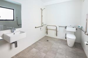 A bathroom at Alfred Apartments