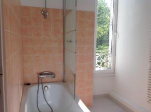 A bathroom at B&B at Petit Champagne
