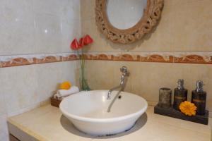 A bathroom at Narda House Ubud