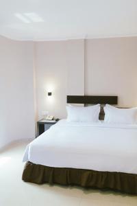 A bed or beds in a room at Barelang Hotel Nagoya Batam