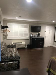 A kitchen or kitchenette at Super 8 by Wyndham Inglewood/LAX/LA Airport