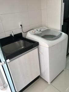 A kitchen or kitchenette at Lindo apartamento em Balneário Camboriú, 1 quadra do mar