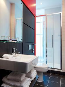 A bathroom at Park Inn by Radisson Glasgow City Centre