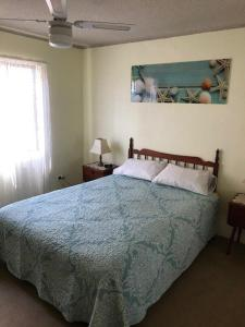 A bed or beds in a room at Akuna, Unit 8, 112-116 Little Street