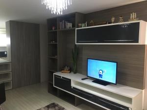 Uma TV ou centro de entretenimento em Apartamento Super Aconchegante