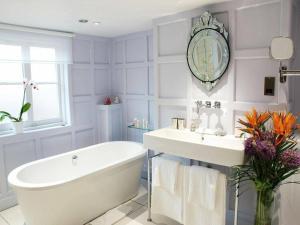A bathroom at The Black Horse Fulmer