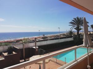 Uitzicht op het zwembad bij Apartamentos Horizonte of in de buurt