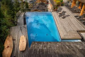 Ein Blick auf den Pool von der Unterkunft Alpin Juwel oder aus der Nähe
