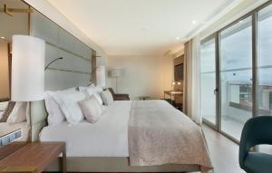 A bed or beds in a room at TURIM Santa Maria Hotel